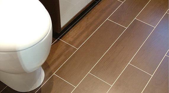 El cuarto de baño debe tener revestimientos adecuados, teniendo en cuenta el alto nivel de humedad que se puede instalar en este espacio.