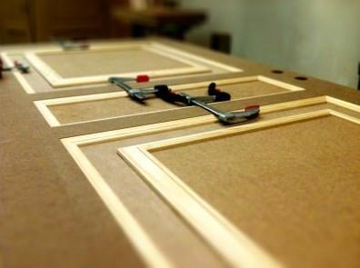 El aglomerado se utiliza en carpintería interior y en mobiliario.
