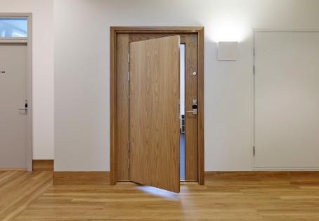 La carpintería de puertas contempla puertas de interior, puertas de entrada blindadas o acorazadas.
