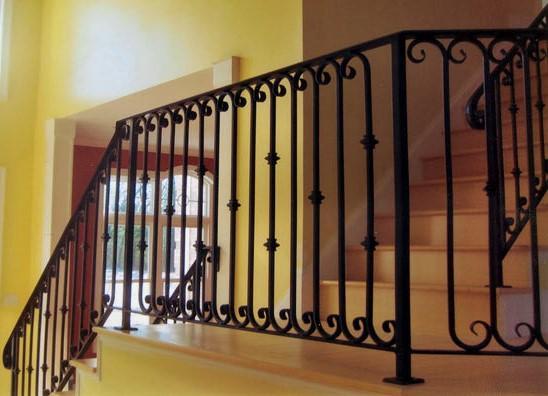 El hierro es un material sin resistencia mecánica usado en trabajos de cerrajería como rejillas, puertas y barandillas.