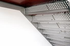 Los materiales usados en cerrajería pueden tener funciones estructurales, de protección, de revestimiento o decorativos.