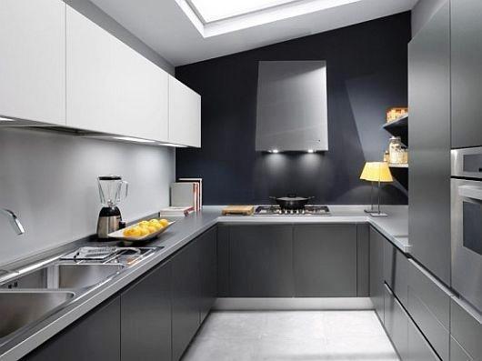 Una cocina moderna está normalmente equipada con horno, microondas, placa vitrocerámica, frigorífico, lavavajillas y espacios para el almacenamiento de comida como armarios o la despensa.