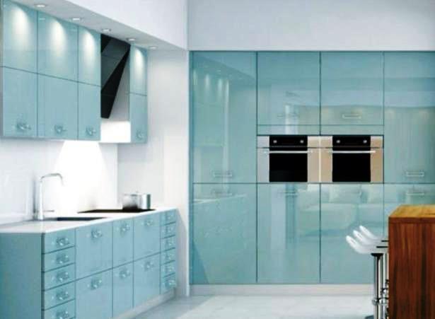Las cocinas en vidrio, brillante o mate y en varias tonalidades, dan un aspecto ligero y fresco al espacio.