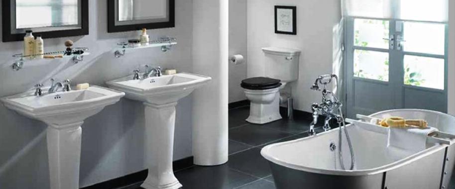 El aseo es de las estancias más complicadas de concebir ya que incluye muchos elementos o equipamientos como la bañera, plato de ducha, lavabos, armarios, espejos, revestimientos, aislamientos, inodoro, sistema de fontanería, sistema de ventilación, sistemas de aislamiento, numerosos tipos de acabados, etc.