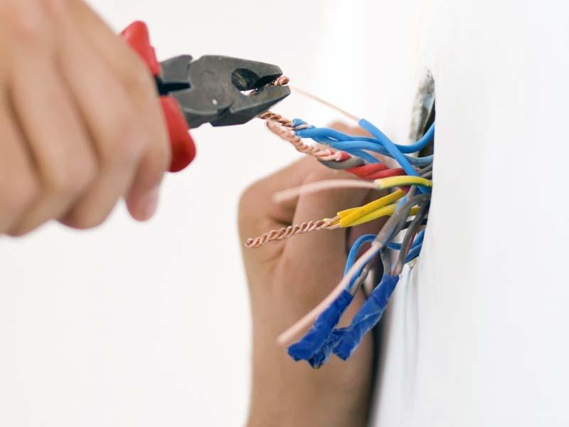 Si necesita embutir en las paredes los cables de electricidad o telecomunicaciones (rozas) de su casa hable con CASA VIVA.