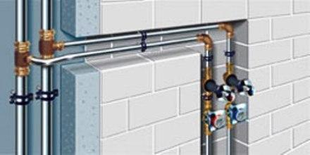 La intervención más habitual en las Redes de Agua y en las redes de Gas es semejante, pudiendo colocarse una canalización por dentro de las paredes (abriendo rozas y sustituyendo la canalización existente) o por fuera de las paredes (sin quitar la canalización existente y colocando una nueva sin sustitución)