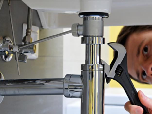 Los diferentes arreglos en la fontanería podrá tener un coste final mayor que la opción definitiva de sustitución total de la fontanería si sumamos los costes de las reparaciones asociadas a las filtraciones y roturas.