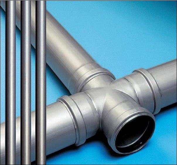 Hay varios tipos de accesorios utilizados en la instalación de tuberías en un edificio.
