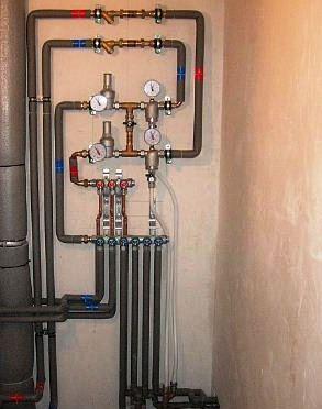 Los tubos metálicos todavía tienen gran utilidad en la distribución de los sistemas de agua caliente y fría. Los metales más comúnmente utilizados en la fabricación de tales tuberías son de acero galvanizado, cobre y acero inoxidable.
