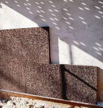 Hay materiales aislantes más respetuosos con el medio ambiente como el corcho.