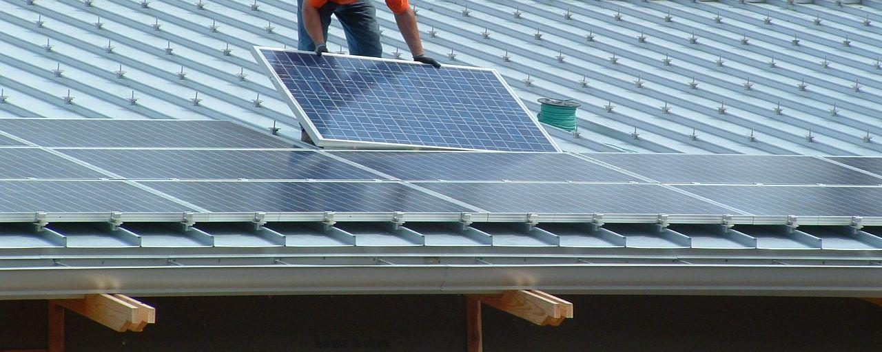 Quiere instalar un panel solar y reducir su factura energética? Las necesidades que pretende satisfacer (eléctricas, de agua caliente o ambas) y su tipo de vivienda (casa o piso) son factores que influyen en la elección de los paneles solares y sus respectivos costes.