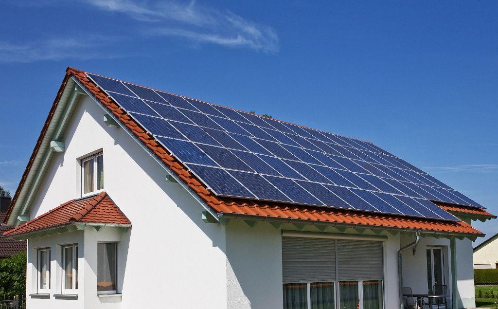 Son las asociaciones células fotovoltaicas las que convierten la luz solar en energía eléctrica. Las células fotovoltaicas están hechas en general de silicio o arseniuro de galio, y presenta una coloración oscura, para lograr una mayor captación de energía luminosa. Las células solares de silicio producen menos energía comparadas a las de galio, pero su coste es menor.