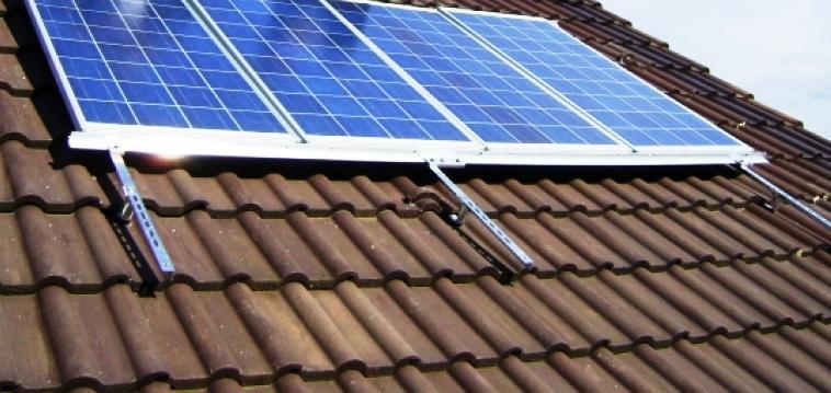 Los Paneles Solares Fotovoltaicos convierten la energía solar en energía eléctrica y esta se almacena en baterías. La energía producida puede satisfacer el consumo local o integrase a la red eléctrica.