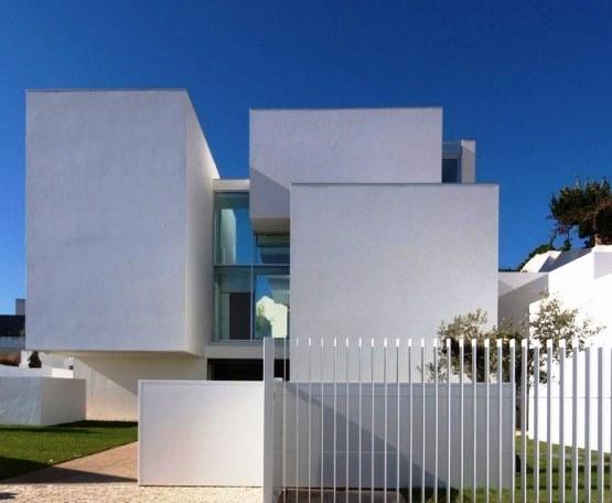 El mayor enemigo de la conservación de los edificios es el agua. Una pintura en buen estado de conservación es fundamental para una protección eficaz. de esta forma, un buen estado de conservación de la pintura de las fachadas permite un ahorro considerable en los costes de mantenimiento del edificio.