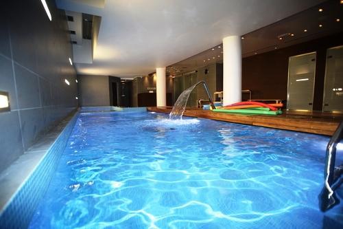 Al planificar la construcción de una piscina hay que tener en cuenta la estructura de la piscina, la impermeabilización, los revestimientos, la depuración y el tipo de suelo donde se va a implantar.