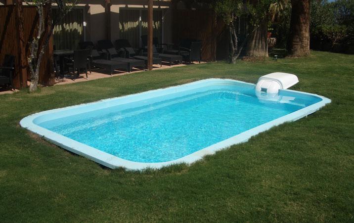Las piscinas de fibra de vidrio ya vienen impermeabilizadas pero las piscinas de hormigón armado y albañilería necesitan de un sistema de impermeabilización.