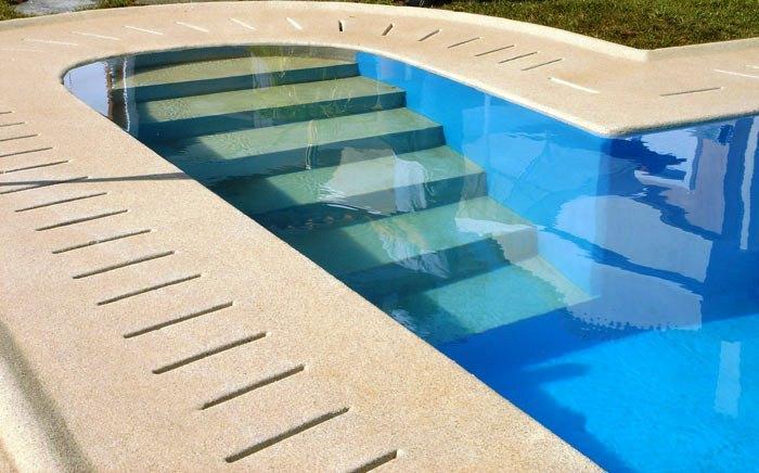 La solución más usada en el revestimiento de piscinas es el gresite.