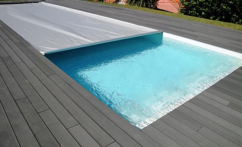 Todos los materiales utilizados en la ejecución de una piscina tienen que cumplir determinados requisitos de durabilidad dadas las condiciones de exigencia al que el revstimiento de una piscina está sujeto.