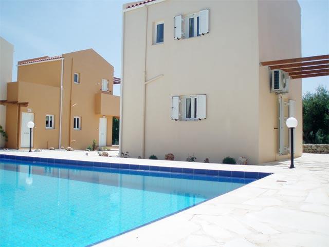 La impermeabilización de una piscina de hormigón armado y albañilería es similar a la de una cubierta, existiendo varios productos y métodos de impermeabilización.