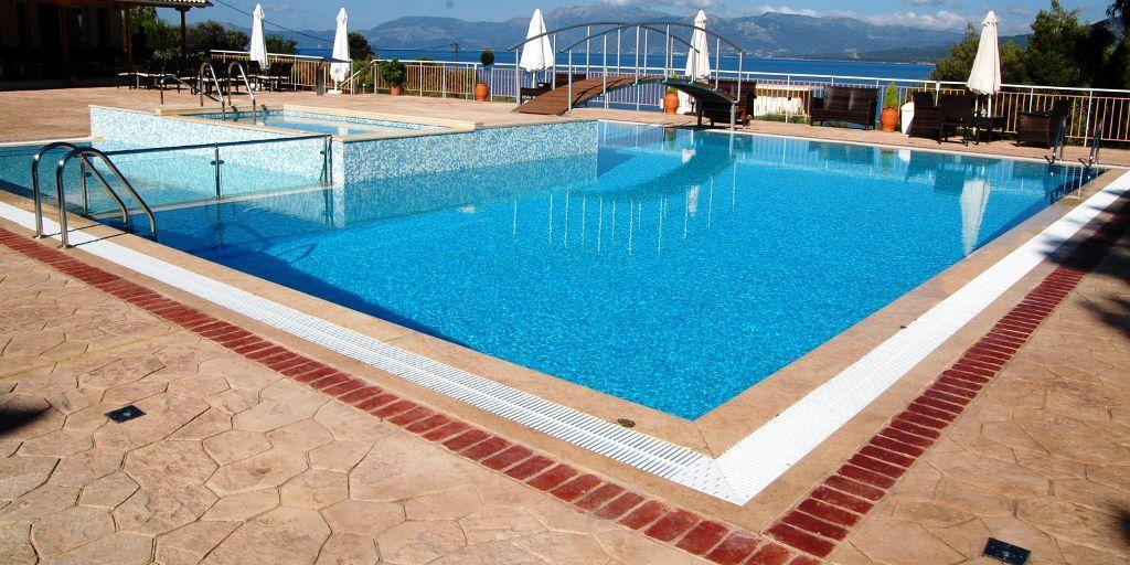 Existe un gran abanico de opciones de revestimiento para piscinas como piedra natural, azulejos, mosaicos, gresite, entre otros...