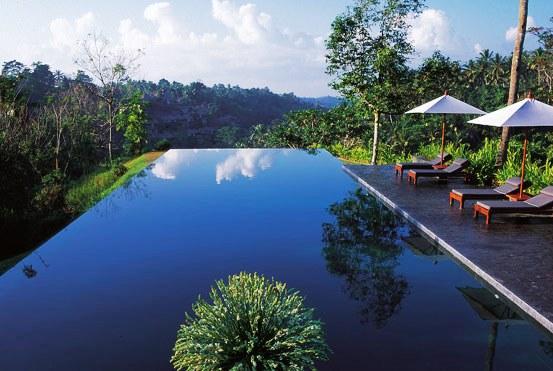 El sistema básico de depuración de una piscina engloba el desagüe de fondo y el sistema de circulación de agua (bomba de agua y sistema de depuración)