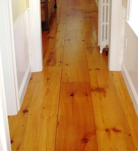 El pavimento flotante de madera está constituido por varias placas de madera con una capa superior en madera noble barnizada. El tipo de madera de la capa superior determina el grado de dureza del pavimento flotante.