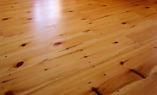 El Pavimento Flotante Sintético o Laminado es un producto muy resistente con un acabado que puede imitar madera, cerámica o piedra.