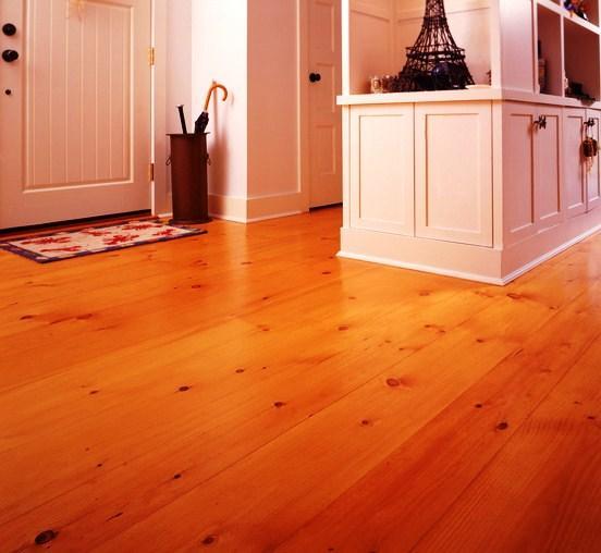 Antes de instalar un suelo de madera es obligatorio garantizar que el soporte está liso, limpio y nivelado.