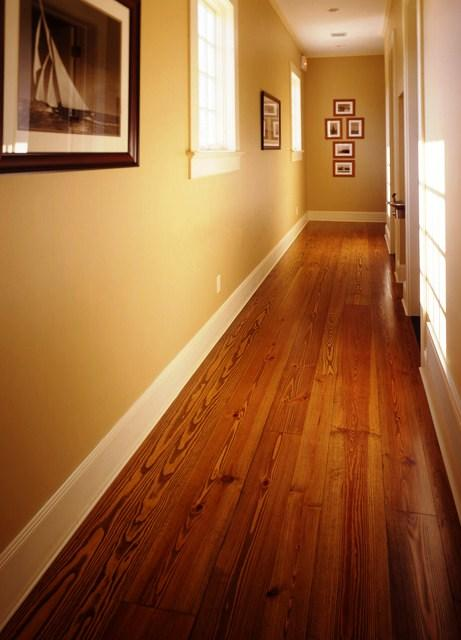 Entre otros tipos de madera española usada para pavimentos destacamos el Roble, el Cerezo, el Nogal, Haya o Eucalipto.