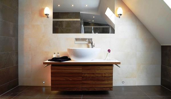 El cuarto de baño es una habitación compleja de su casa ya que incluye el sistema de fontanería que si no está bien ejecutado puede producir graves anomalías en su casa. En el cuarto de baño el conocimiento técnico y el conocimiento estético deben tener un papel fundamental en su diseño y concepción.