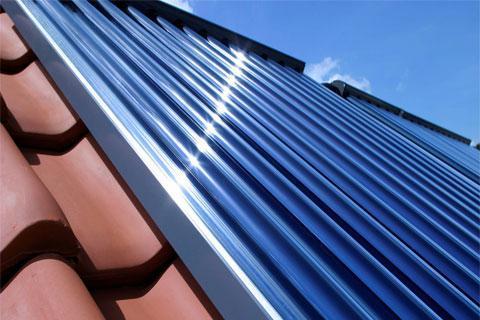 En trabajos de rehabilitación, también se deben tener en cuenta la adición de nuevos elementos en el espacio que va a ser objeto de rehabilitación. La instalación de sistemas de energía solar en una cubierta son una opción para las personas que quieran ahorrar en su factura de electricidad.