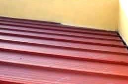 Una cubierta puede tener un recubrimiento que consiste en placas de teja metálica. Este tipo de solución típicamente incluye capas de aislamiento e impermeabilización debajo del recubrimiento.