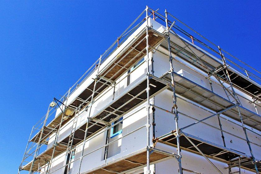 La constante exposición a la que están sujetas las fachadas de edificios, provoca la posiblidad de aparición de diversas patologías, exigiendo trabajos de mantemiento y muchas veces obras en las fachadas.