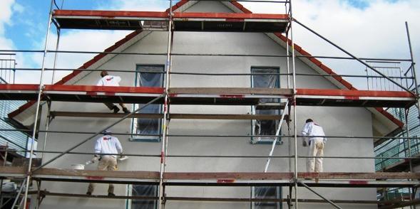 CASA VIVA cuenta con un conjunto de colaboradores expermientados en la recuperación y mantenimiento de fachadas (de edificios antiguos o más recientes) con sistemas tradicionales de andamios o más modernos con cuerdas en trabajos verticales (rapel)