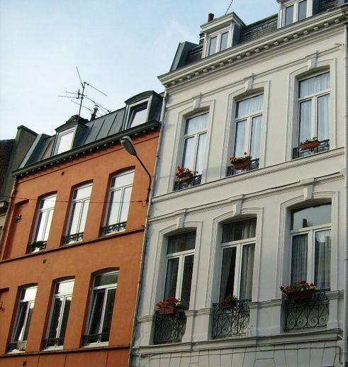Las patologías más comunes en las fachadas es la pérdida de adherencia de los revestimientos, eflorescencia, criptoflorescências y manchas debido a la acumulación de suciedad y agua de infiltración.