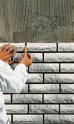 Para ejecutar una capa de piedra es imprescindible aplicar un cemento adhesivo adecuado. Este material se puede aplicar en paramento a través de una llana dentada para controlar el espesor de los cordones de adhesivo.