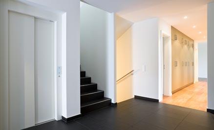 En las reformas de interiores los trabajos más frecuentes son en términos de las paredes, techos, suelos, organización del espacio, acabados, equipamiento, entre otros.