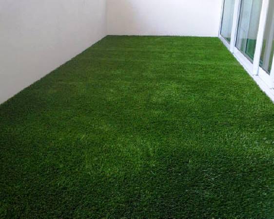 El uso de la hierba como un revestimiento de una terraza o balcón puede ser una solución interesante para los amantes de la naturaleza.