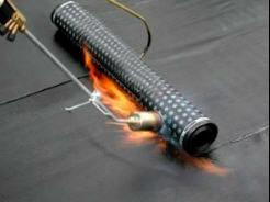 La unión entre membranas de impermeabilización se hace a lo largo de las juntas de superposición, mediante soldadura por medio de llama.