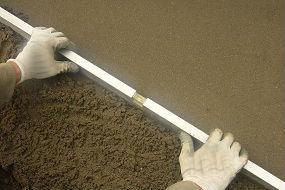 En las cubiertas con terraza, cuando se utilizan hormigones aligerados para definir la pendiente, es fundamental aplicar un mortero de regulación sobre la capa de hormigón aligerado.