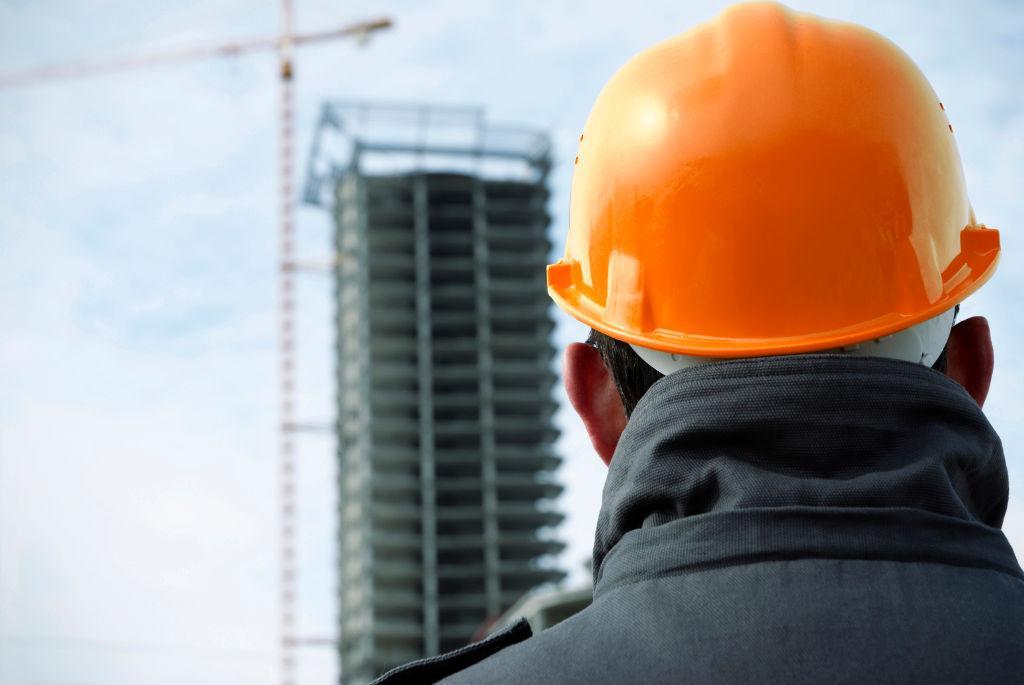 El Director de control de obra debe vigilar la realización de la obra con frecuencia adecuada para la realización plena de sus funciones y la supervisión de la marcha de los trabajos.