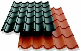 Las tejas, elementos más comunes en el revestimiento de cubiertas incliandas, son típicamente de cerámica, pudiendo también ser en piedra, cemento, metal, vidrio, plástico, madera, entre otros.