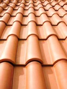 Las tejas cerámicas confieren, a los tejados, un revestimiento tradicional con buen encuadre en cualquier paisaje (urbano y rural) y gran durabilidad.