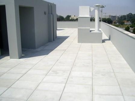 Hay varias terrazas en las soluciones de recubrimiento, tales como azulejos de cerámica, placas de piedra, soluciones en madera, etc.
