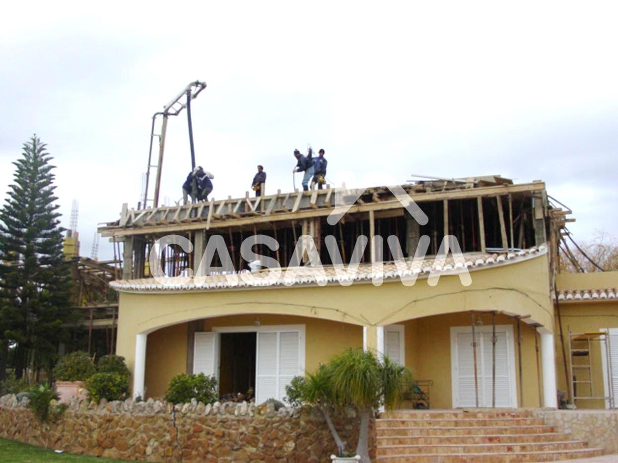 Construcción de tejado en la ampliación de vivienda. Losa de hormigón para la cubierta.